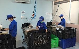 Công nhân may ghép các mảnh vải vụn ra thành giẻ lau thành phẩm